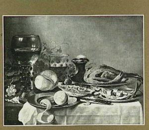 Stilleven met haring, gebraden gevogelte en garnalen