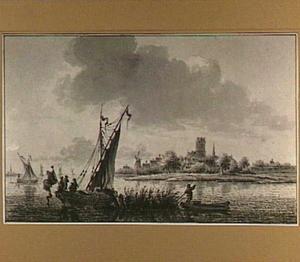 Riviergezicht met boten, op de achtergrond een dorp