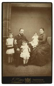 Portret van Wouter Hendrik Elias (1845-1896), Anna Maria Hulshoff (1851-?) en hun dochters