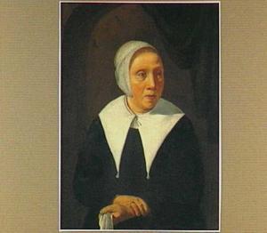 Portret van een vrouw voor een nis met opgenomen gordijn