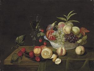 Druiven, perziken en een granaatappel in een Wan Li-kom en andere vruchten op een tafel