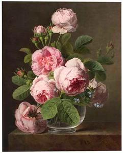 Boeket rozen in een glazen vaas op een marmeren blad