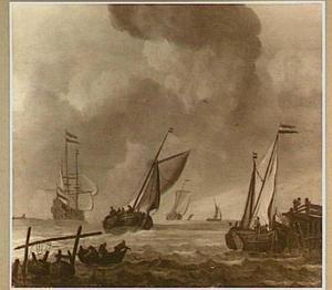 Vrachtschepen voor de kust; links op de voorgrond hangen vissers netten uit