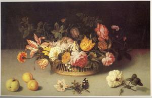 Bloemen in een rieten mand, met losse bloemen en vruchten op een stenen plint