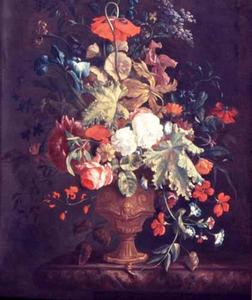 Een boeket met Dagschone, Slaapbol, Ridderspoor en andere bloemen in een versierde vaas op een marmeren blad in een nis