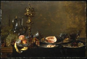 Stilleven met vruchten, akeleibeker en ham