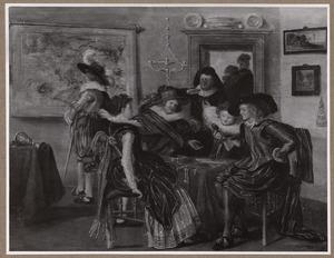 Elegant gezelschap aan een tafel met juwelen in een interieur