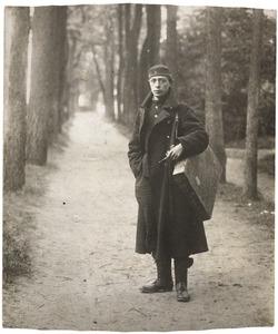 Raoul Hynckes op jonge leeftijd op een bosweg met schildersbenodigdheden