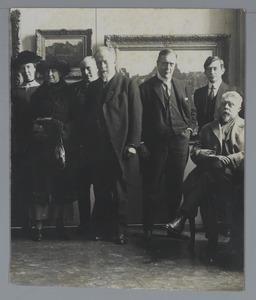 G.H. Breitner zittend in een zaal van het Stedelijk Museum De Lakenhal te Leiden tijdens een tentoonstelling van zijn werk in 1923