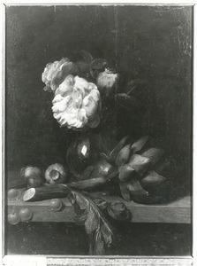 Bloemen in een glazen vaas met een artisjok, kersen en zaaddozen van klaprozen op een stenen plint