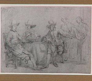 Groepsportret van drie mannen aan een tafel en een man en een vrouw die de kamer binnenkomen