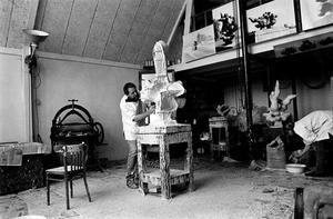 Nic Jonk aan het werk in zijn atelier