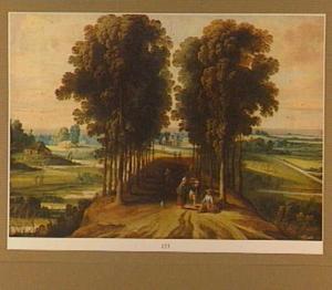 Heuvellandschap met enkele figuren op een door bomen omzoomde weg