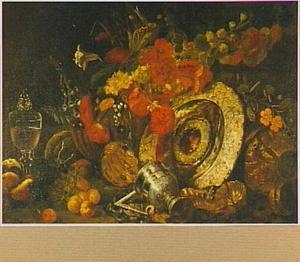 Stilleven van bloemen, vruchten en siervaatwerk