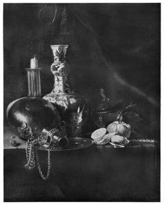 Stilleven met tinnen veldfles, kandelaar, porseleinen vaas, fruit en glaswerk op een stenen plint