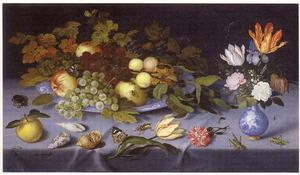 Stilleven met vruchten op schaal,  bloemen in vaas, schelpen en insekten