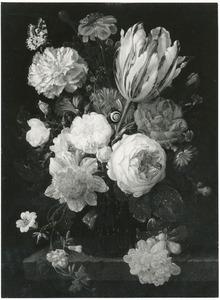 Bloemen in een glazen vaas, met insecten en een slak, op een stenen plint