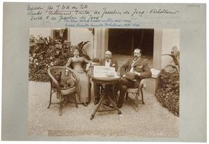 Portret van Paula Verhellouw (1860-1945), Johan Willem Arnold van Tets (1822-1902) en Johan Hendrik Adolf de Josselin de Jong (1857-1932)