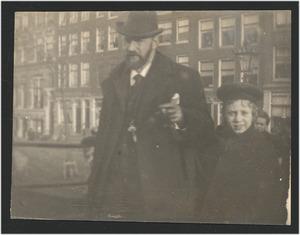 De schilder Geo Poggenbeek op straat met kind