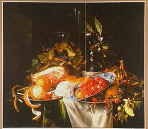 Stilleven met ham, vruchten in een Wan-Li-schotel en een grote roemer