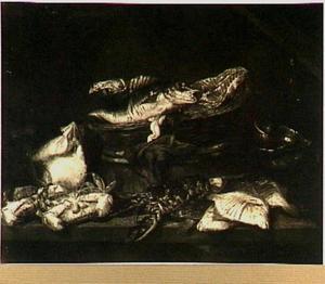 Visstilleven met zalm en kabeljauw in een mand, op de voorgrond een kreeft, krab, schol, rog en een weegschaal