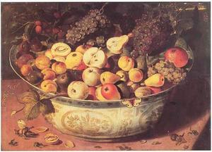 Vruchten in een porseleinen kom