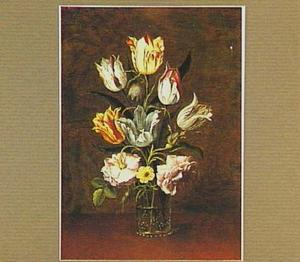 Tulpen en rozen in een glas met braamnoppen