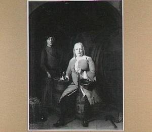 Portret van een op een ton zittende man met een bediende in een wijnkelder
