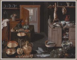 Keukeninterieur met dood wild op keukentafel en vissen, groenten en pannen op de vloer