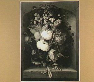 Een festoen van bloemen met fruit, hangend in een nis