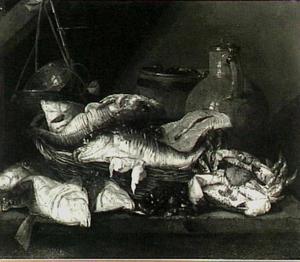 Visstilleven met kabeljauw en zalm in mand, krab, schol en mosselen op tafel, een weegschaal, houten emmer en kan met deksel