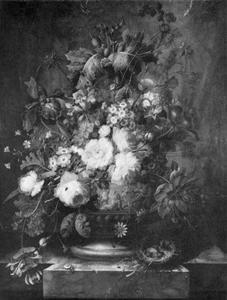 Bloemen in een terracotta vaas op een marmeren blad