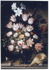 Bloemen in een glazen vaas met ijsvogeltje, hagedis en schelpen