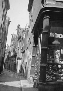 Gezicht op de Nieuwendijk te Amsterdam