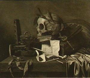 Vanitasstilleven op een tafel met rookgerei, een schedel met lauwerkrans en boeken