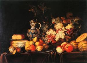 Stilleven van vruchten, kaas, brood en een steengoed kruik op een deels gedekte tafel