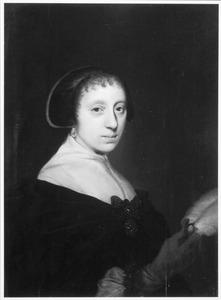 Portret van een vrouw met een struisveren waaier