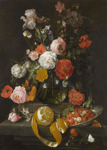 Bloemen in een glazen vaas, een Wan Li-schotel met vruchten en een geschilde sinaasappel op een natuurstenen sokkel