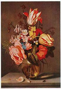 Bloemen in een glazen vaas op een stenen plint, met bloemblaadjes en een vlieg