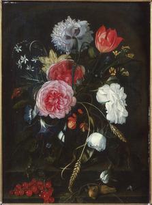 Witte en rode rozen, een klaproos en andere bloemen in een glazen vaas