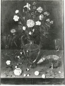 Bloemen in een glazen vaas, met vaatwerk, vruchten en bloemen, op een stenen plint