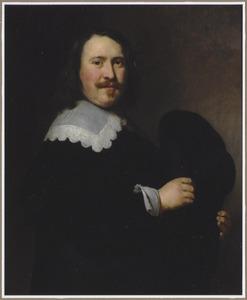 Portret van een onbekende man met een hoed in de hand