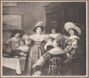 Elegant drinkend gezelschap in een interieur