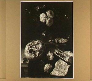Vanitasstilleven van schedel, boeket bloemen in een glazen vaas, zandloper en zeepbellen