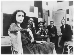 Bezoekers in het atelier van Piet Mondriaan, van links naar rechts Rosie Ney, Georges Vantongerloo, Lancelot Ney, Tine Vantongerloo, Michel Seuphor en Piet Mondriaan.