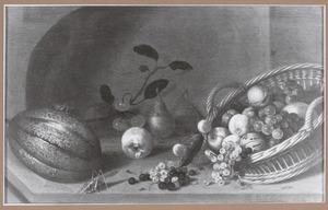 Stilleven van vruchten in en naast een mand met daarbij twee sprinkhanen