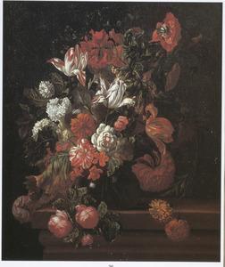 Glazen vaas met bloemen op een stenen plint