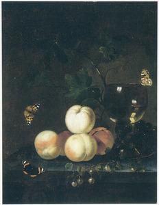 Perziken, andere vruchten en een roemer op een stenen blad