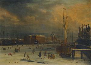 Gezicht op 's Lands Zeemagazijn aan de IJgracht in Amsterdam in de winter, op de achtergrond de Oosterkerk