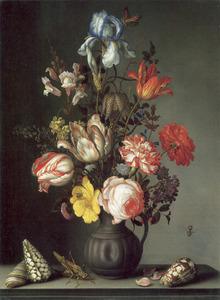 Bloemen in een geribde kan met deuk op een stenen plint, met schelpen, bloemblaadjes en een sprinkhaan